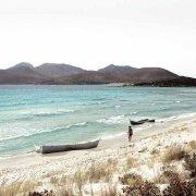 Sardegna, Capo Teulada Porto Zafferano barconi di clandestini spiaggiati con un bagnante / Luca Tamagnini Catalogo 2008-004