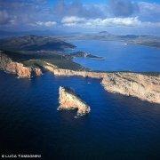 Sardegna, Capo Caccia Isola Foradada dal cielo (foto aerea) / Luca Tamagnini Catalogo 2008-025