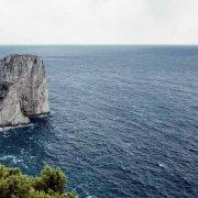 Faraglioni di Capri in un mare increspato ripresa dall'alto