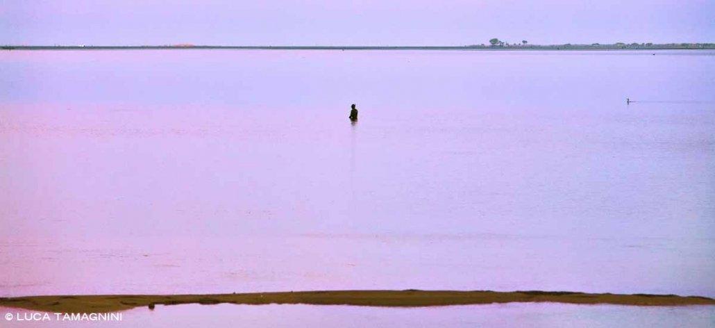 Laguna di Sant'Antioco un subacqueo emerge dall'acqua