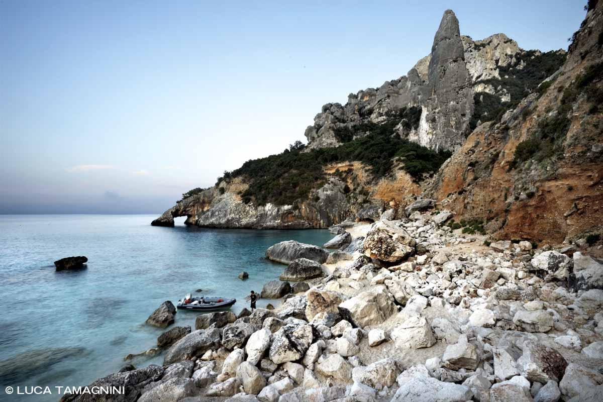 Sardegna, Golfo di Orosei Cala Goloriztè gommone a riva tenuto da un ragazzo