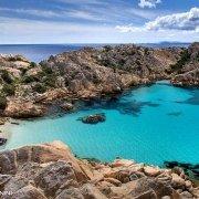 """Sardegna, Arcipelago di La Maddalena, Isola di Caprera, Cala Coticcio (detta anche """"Tahiti""""). Un gommone sulla piccola spiaggia / Luca Tamagnini Catalogo 2009-010"""