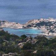 Sardegna, Isola di La Maddalena Cala dei Francesi sullo sfondo il mare con barca a vela / Luca Tamagnini Catalogo 2009-013