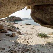 Isola di Spargi Tafone di Cala Corsara sullo sfondo la spiaggia con un gommone / Luca Tamagnini Catalogo 2009-015