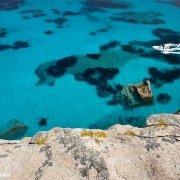 Arcipelago di La Maddalena, Isola di Spargi, gommone a Cala Corsara / Luca Tamagnini Catalogo 2009-016