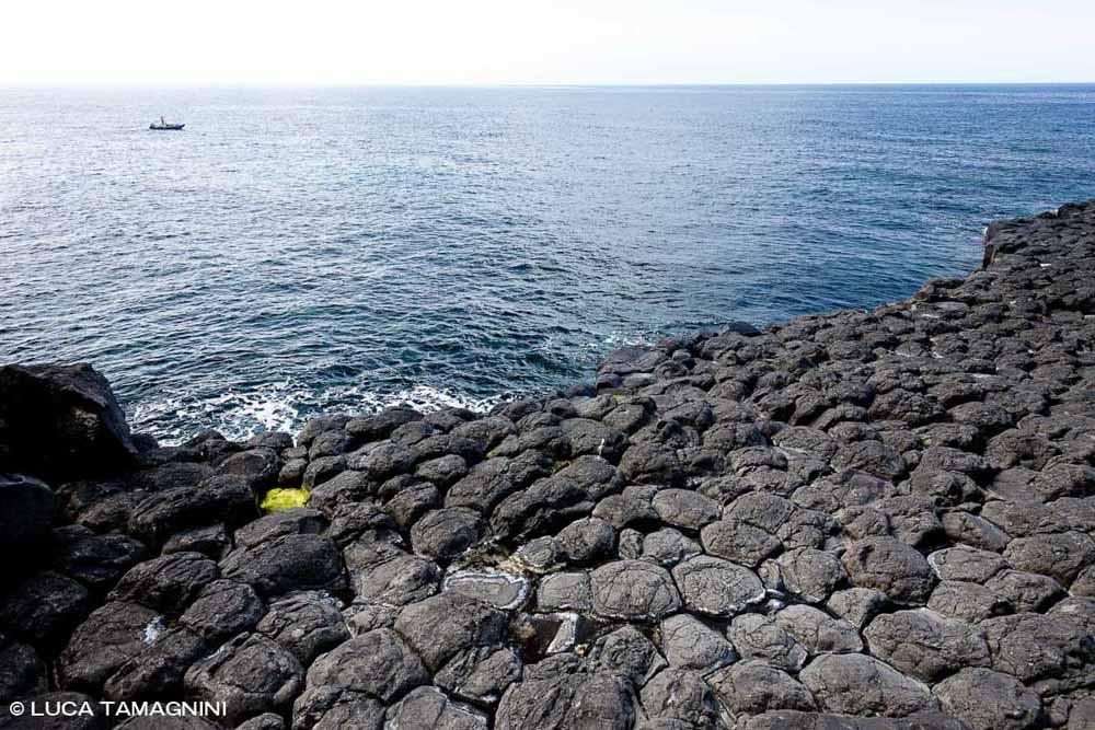 Sardegna, Capo Nieddu Basalti Colonnari sullo sfondo il mare e un gommone / Luca Tamagnini Catalogo 2009-028