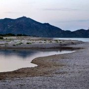 Sardegna, Quirra, Spiaggia di Murtas con una coppia lontana di bagnanti