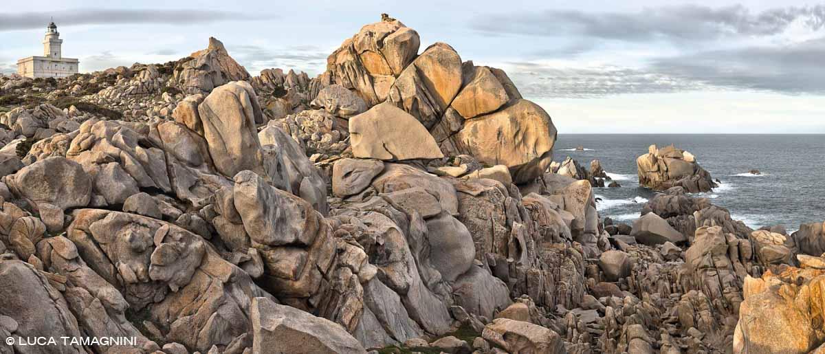 Sardegna, Capo Testa faro tra rocce di granito mare sullo sfondo / Luca Tamagnini Catalogo 2010-011