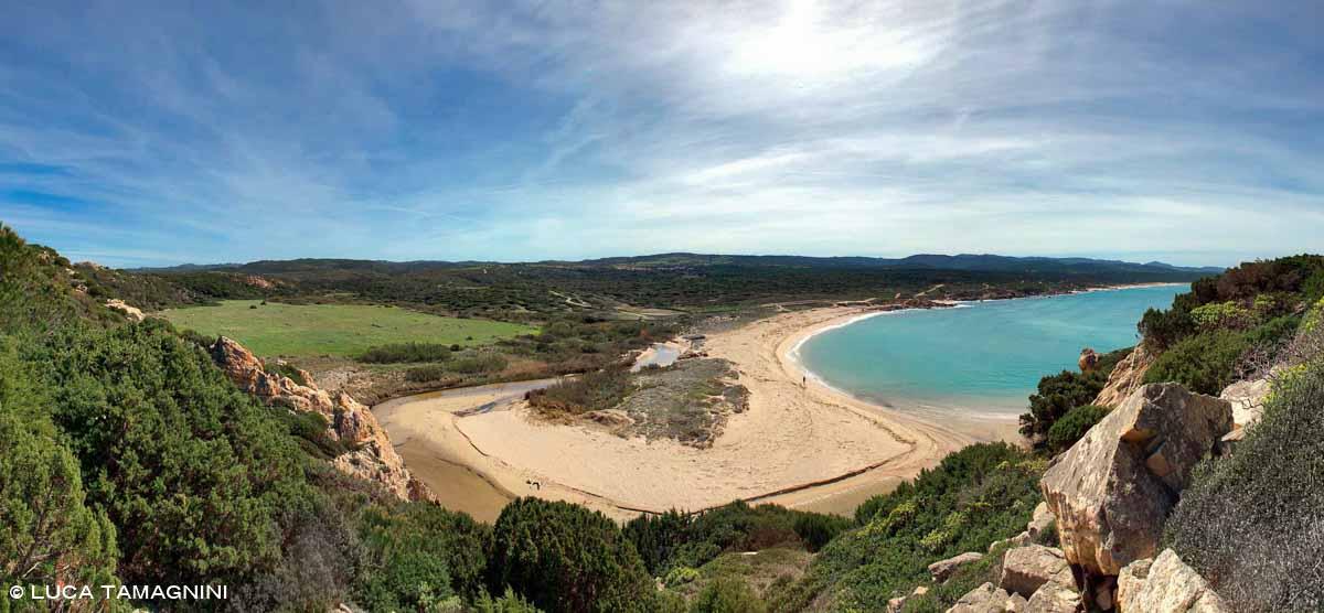 Sardegna, Spiaggia di Monti Russu con foce di fiume e mare / Luca Tamagnini Catalogo 2010-018