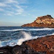 Sardegna, Castelsardo, visto dagli scogli in riva al mare / Luca Tamagnini Catalogo 2010-021