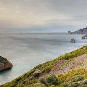 Sardegna, Paesaggio della costa di Nebida sullo sfondo il mare lo Scoglio Il Morto e gli Scogli L'Austeri / Luca Tamagnini Catalogo 2010-028