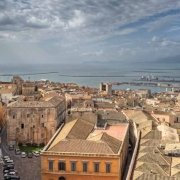 Cagliari vista dalla Torre di San Pancrazio sullo sfondo porto e il mare / Luca Tamagnini Catalogo 2010-033