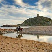 Sardegna, Chia, Spiaggia Su Portu con cavallo e cavaliere sullo sfondo la Torre di Chia / Luca Tamagnini Catalogo 2010-035