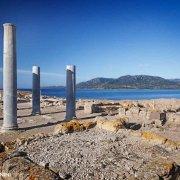Sardegna, Rovine Archeologiche di Nora, quattro colonne ancora in piedi vicine al mare / Luca Tamagnini Catalogo 2010-037