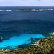 Sardegna, Sardegna, L'Isola di Serpentara dalla costa ripresa dalla strada panoramica. Una cala e un veliero in rada