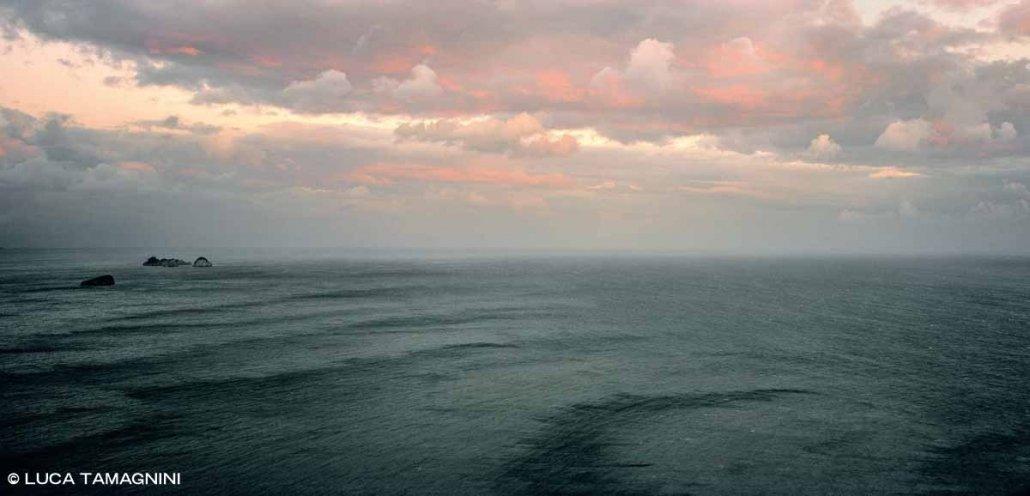 Isole Li Galli lontane in un mare scuro con raffiche di vento