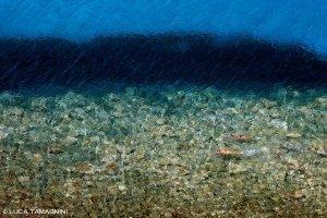 Sardegna, Villasimius due bagnanti nuotano a Porto Giunco