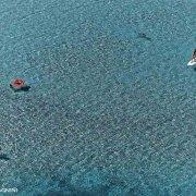 Sardegna, Villasimius Porto Giunco un SUP e pochi bagnanti in un mare cristallino riprese dall'alto