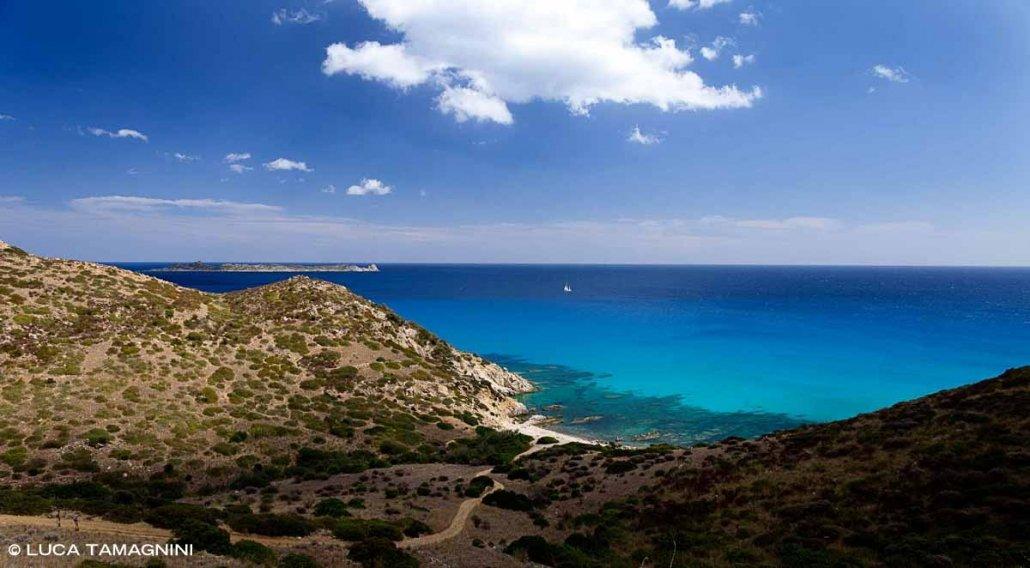 Sardegna, Villasimius Spiaggia Ramiste ripresa dall'alto sullo sfondo il mare, l'Isola di Serpentara e un barca a vela lontana