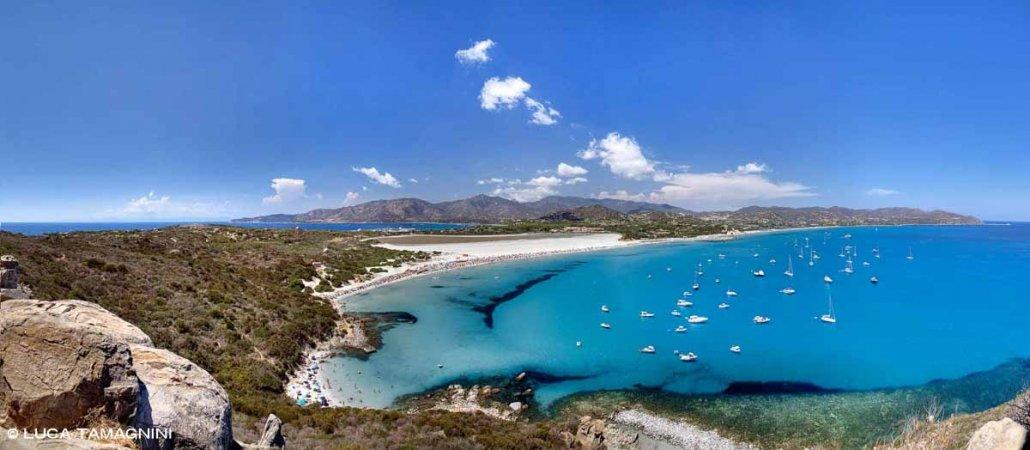 Sardegna, Villasimius Spiaggia del Timi Ama dalla Torre di Porto Giunco con tante barche nella rada