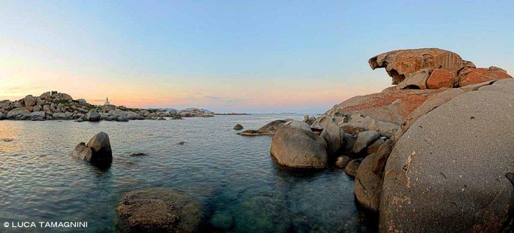 Sardegna, Isola dei Cavoli. Tafone sullo sfondo lontano il faro
