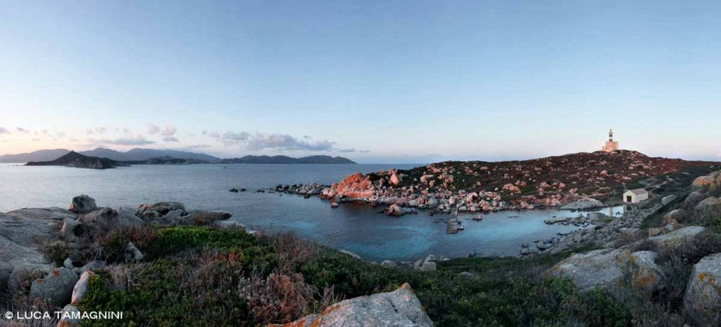 Sardegna, Isola dei Cavoli l'approdo del faro e sullo sfondo lontano il grande faro