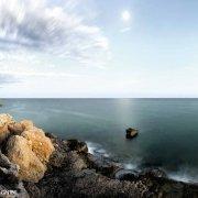 Foto Mare Sicilia. Fontane Bianche la costa nei pressi della foce del fiume Cassibile scogli e mare
