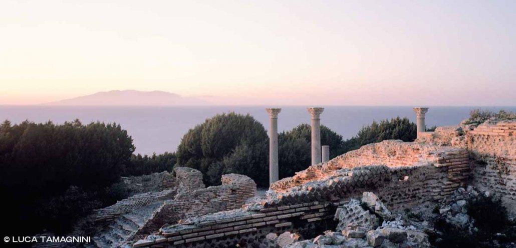 I resti archeologicci della Villa Romana di Giannutri, sullo sfondo il mare dopo il tramonto e la sagoma scura del Giglio