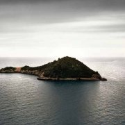 Argentario, Porto Ercole, l'Isolotto in un mare grigio invernale senza barche