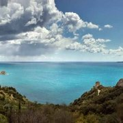 La costa e il mare di Monte Argentario nei pressi di Torre Maddalena sullo sfondo lontana l'Isola di Giannutri