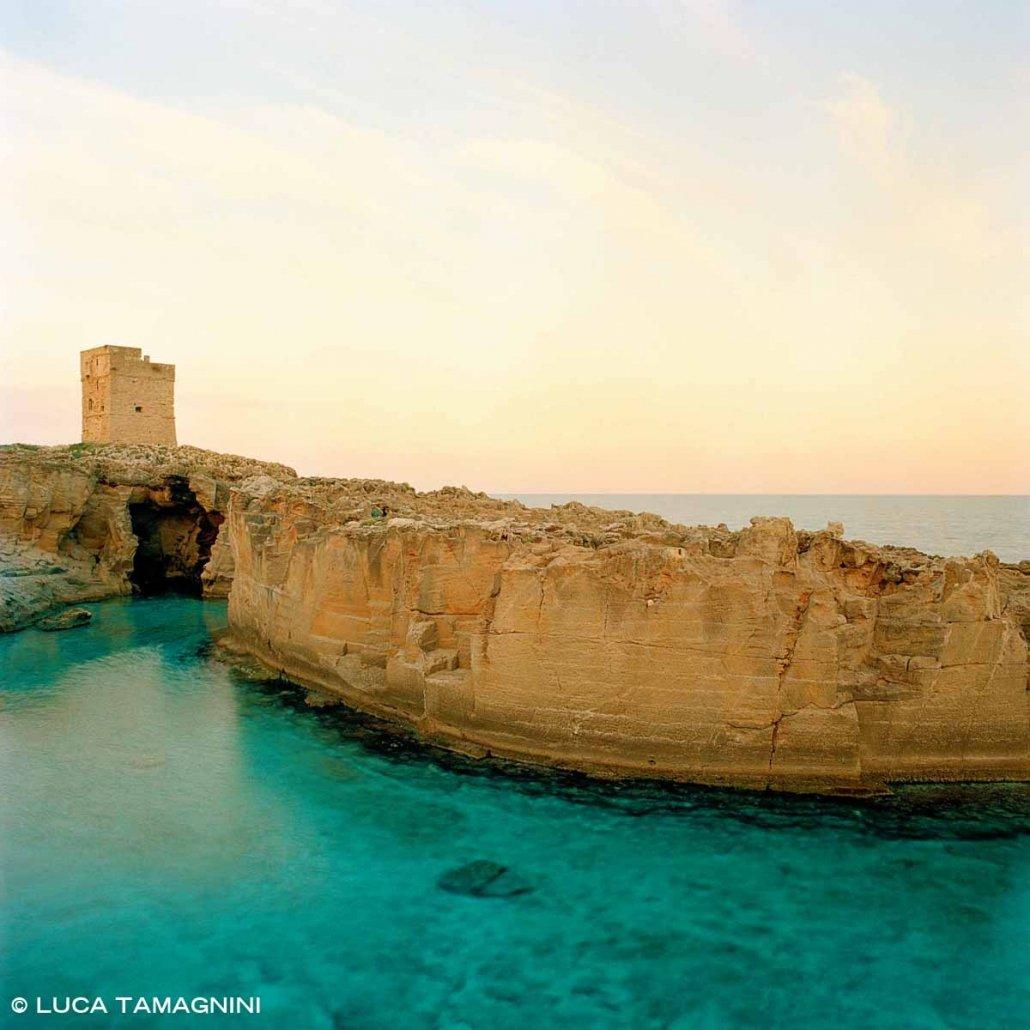 Salento Marina Serra Torre Saracena e antiche cave di tufo sul mare