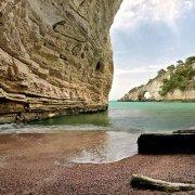 Gargano una spiaggia e l'Arco di San Felice sullo sfondo