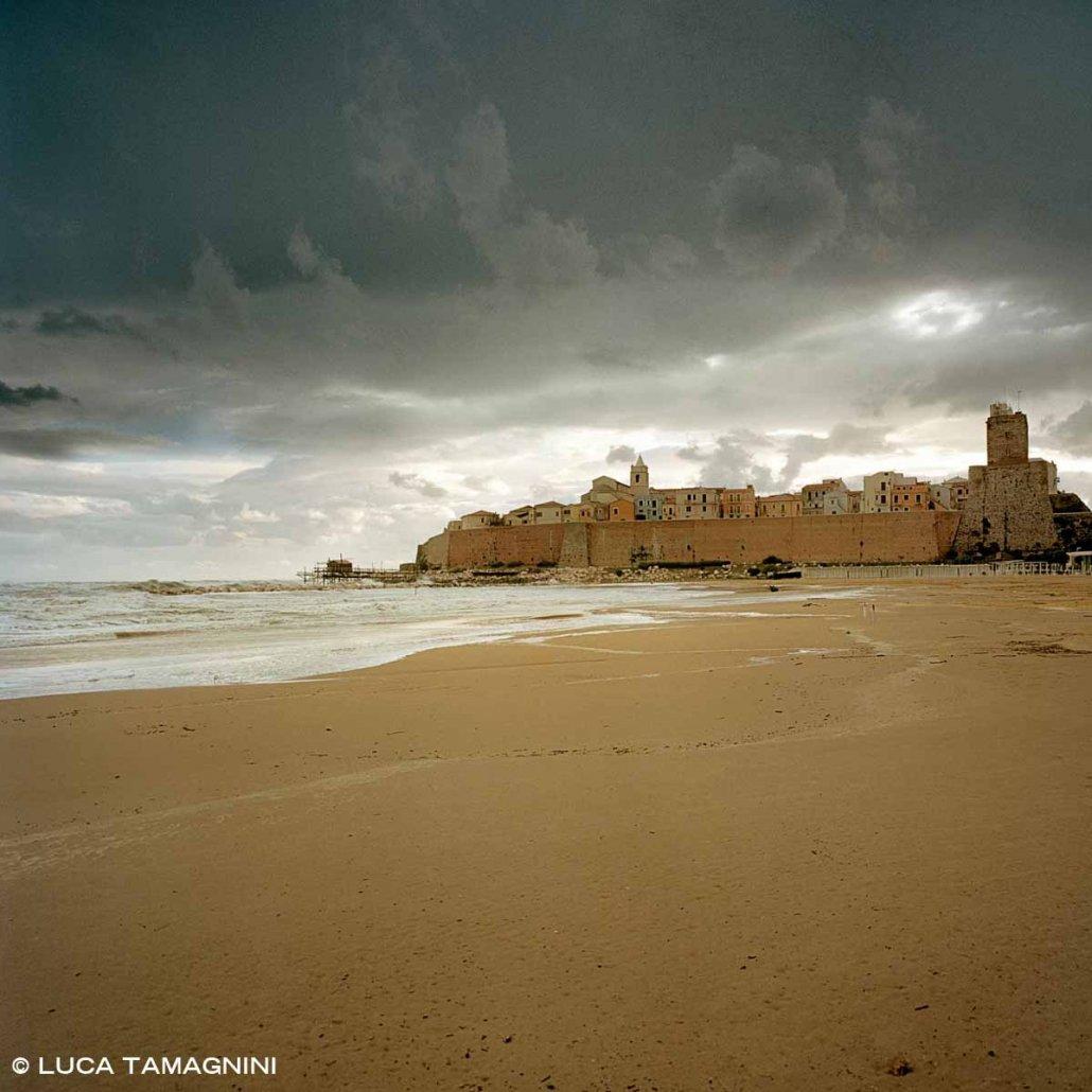 Il borgo fortificato di Termoli sul mare visto dalla spiaggia