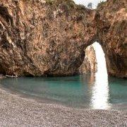 San Nicola Arcella la spiaggia e l'arco naturale detto Arcomagno