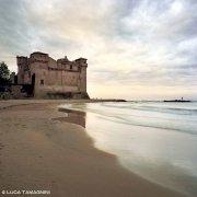 Castello di Santa Severa con un pescatore con canna
