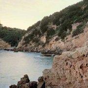Castiglione della Pescaia, la costa rocciosa e il mare sotto la Fortezza Le Rocchette