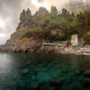 Penisola Sorrentina, Tordigliano con una torre saracena e barche in secca sulla spiaggia