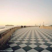 Livorno, Terrazza Mascagni sullo sfondo una nave e le gru del porto