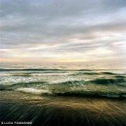 Mare di Santa Severa, 2017. Mare e cielo nuvoloso al tramonto, con piccole onde mosse sulla riva sabbiosa. (Immagini Mare / Album Italia)