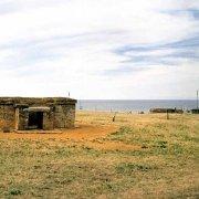 Parco Archeologico di Baratti e Populonia, una tomba etrusca sullo sfondo il mare del Golfo di Baratti