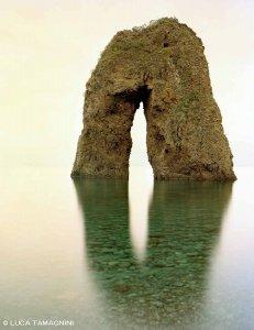 Isole Pontine, Ponza Arco Spaccapolpi, Arco Naturale di Ponza. Scoglio gigantesco molto alto forato al centro e circondato dal mare. Dimensioni 100 x 130 cm - Luca Tamagnini Catalogo 2018-001