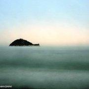 Immagine Mare Fine Art / Albenga, l'Isola Gallinara in un mare calmo, in una luce crepuscolare prima della sera.