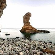 Isola di Palmarola, Scoglio Spermaturo e una spiaggia di ciotoli sullo sfondo il mare e l'orizzonte