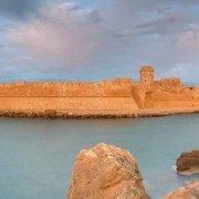 Le Castella Castello Aragonese circondato dal mare nella luce dell'alba