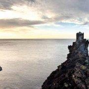 Acireale Borgo di Santa Tecla Garitta sul mare tra rocce vulcaniche