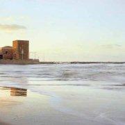 Foto Mare Sicilia. Marina di Ragusa, Punta Secca, la spiaggia, il faro, il borgo e la Casa di Montalbano sul mare (location della serie televisiva IL COMMISSARIO MONTALBANO)