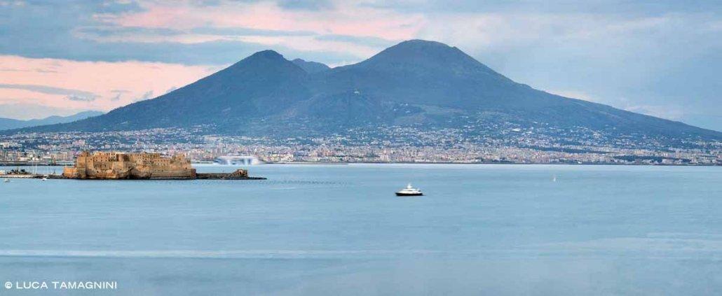 Golfo di Napoli Castel dell'Ovo Vesuvio sullo sfondo