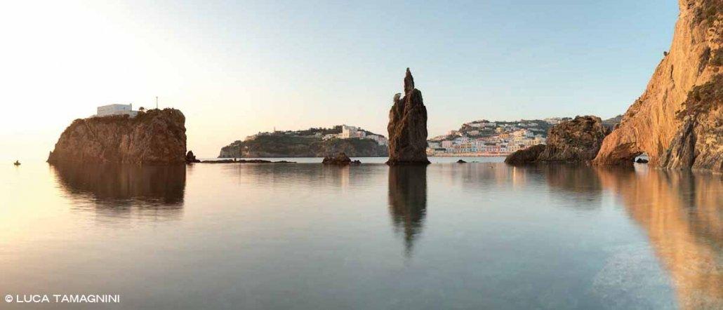 Isola di Ponza, Scoglio Caciocavallo e paese con il porto sullo sfondo. Catalogo Foto Ponza.