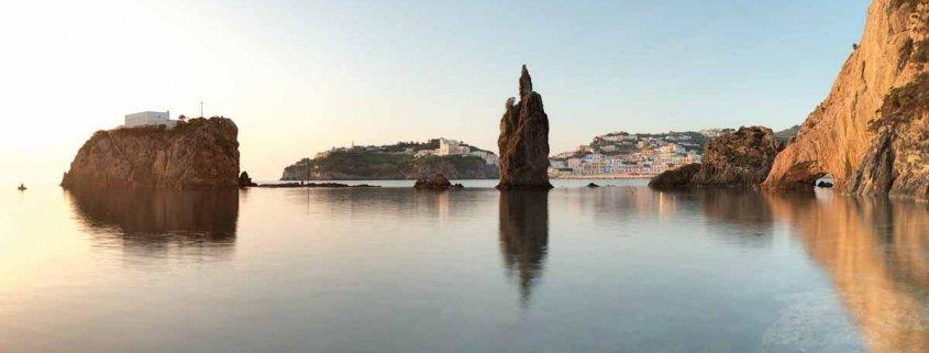 Luca Tamagnini Catalogo 2018 035 Isola di Ponza Scoglio Caciocavallo e paese di Ponza