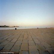 Molo Audace di Trieste sullo sfondo il mare e il cielo di un alba invernale. / Luca Tamagnini Catalogo 2018-062